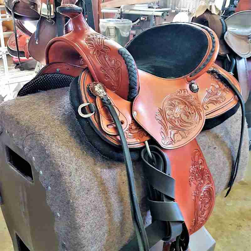 reining saddle, front side