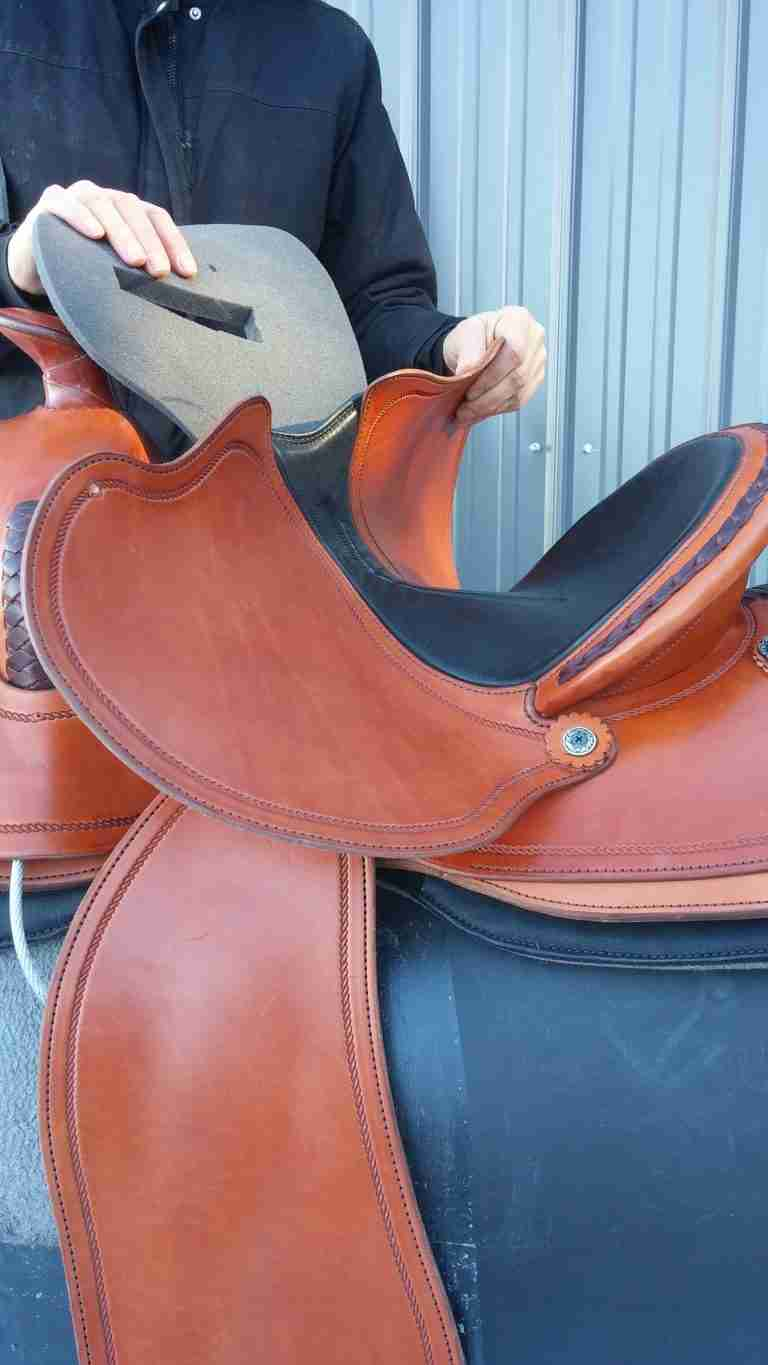 ADJUSTABLE WESTERN SADDLE FOR THE RIDER